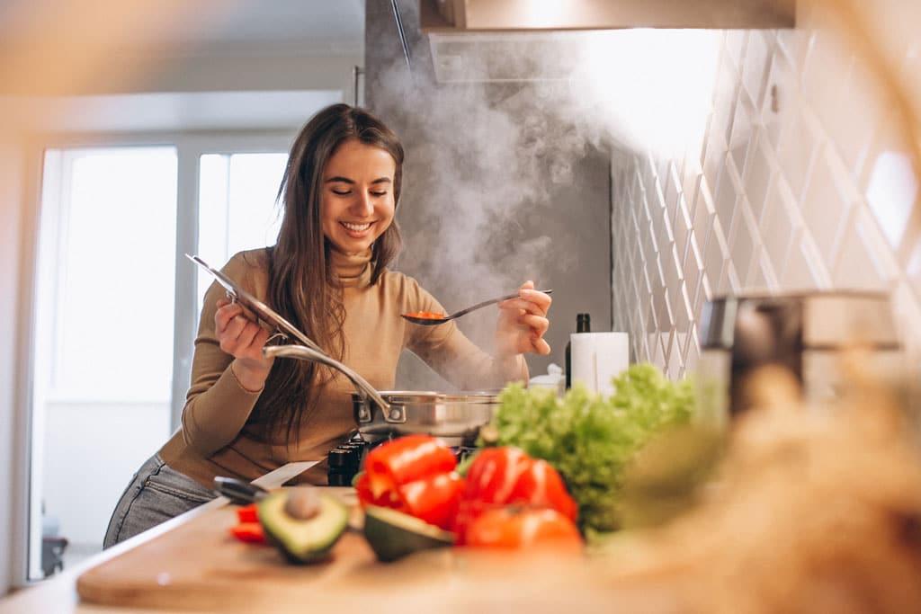 el-intestino-es-nuestro-segundo-cerebro-chica-cocinando-feliz-la-era-de-nuria