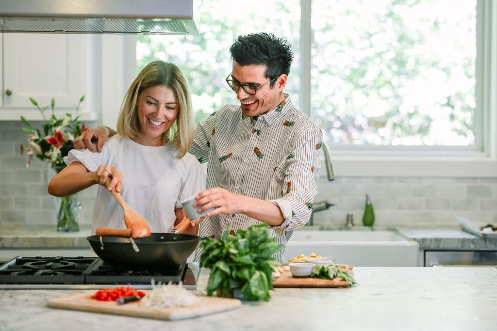 el-intestino-es-nuestro-segundo-cerebro-pareja-cocinando-feliz-la-era-de-nuria