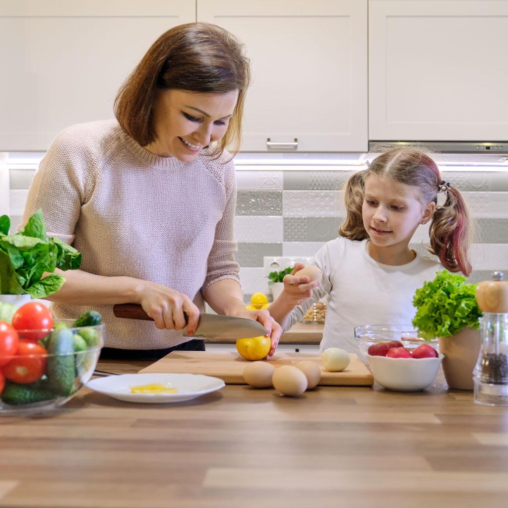 la-quimica-y-la-fisica-de-la-nutricion-la-era-de-nuria-madre-hija-cocinando