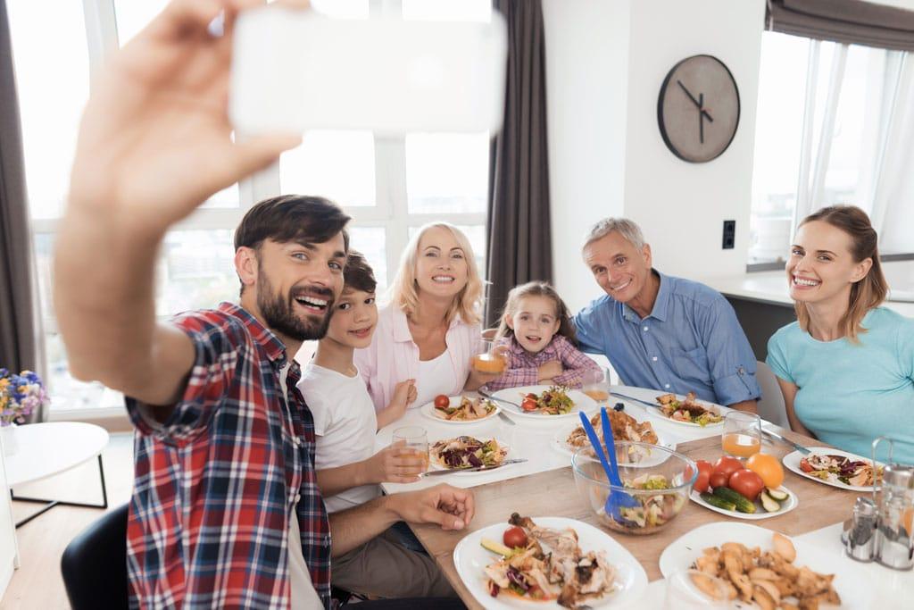 la-regla-del-1-7-la-era-de-nuria-comida-en-familia-familiar-selfie-foto